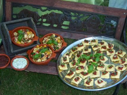Anitipasti, wie Tortelloniplatte und Pastasalat